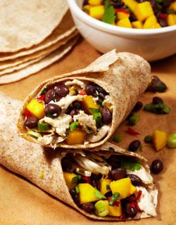 Wraps met kip, zwarte bonen en mango